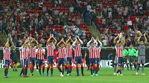 Chivas aplaude al terminar partido