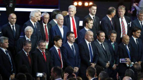 Técnicos de las 32 selecciones posan en una foto
