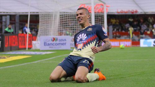 Mateus Uribe celebra un gol con América en el C2018