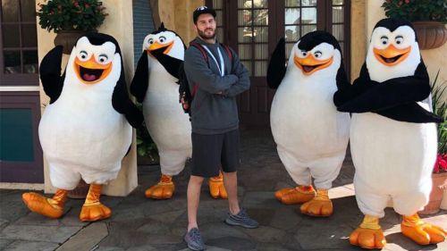 Gignac posa rodeado de los pingüinos de Madagascar