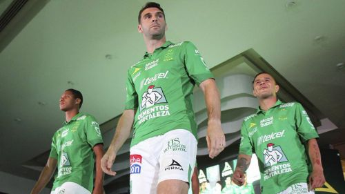Jugadores de León posan con el uniforme de Local