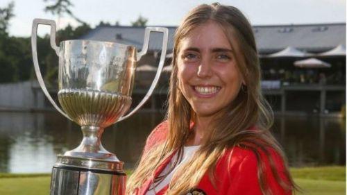 Celia Barquín con el Trofeo de Gol Amateur