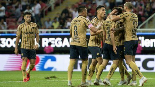 Jugadores de Pumas celebran gol contra Chivas