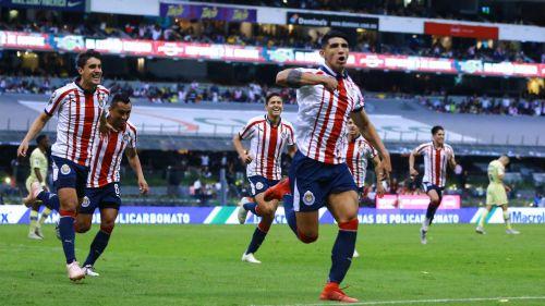 Alan Pulido festeja gol en el Clásico Nacional