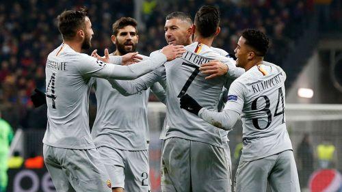 Jugadores de la Roma celebran el segundo gol contra CSKA