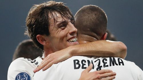 Benzema festeja uno de sus goles con Odriozola