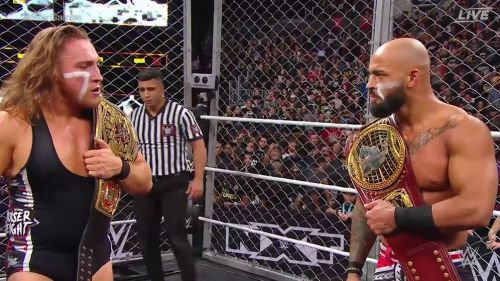 Pete Dunne y Ricochet tras ganar la lucha