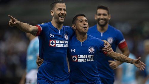 Édgar Méndez y Elías celebran gol contra Gallos