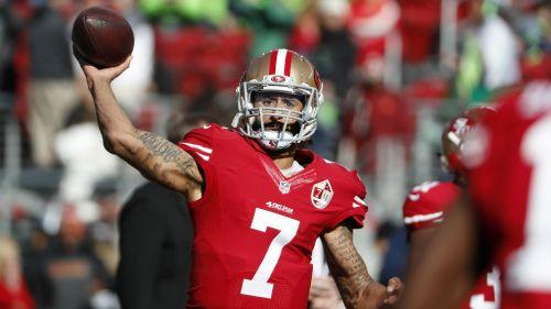 Colin Kaepernick lanza el ovoide en duelo de los 49ers