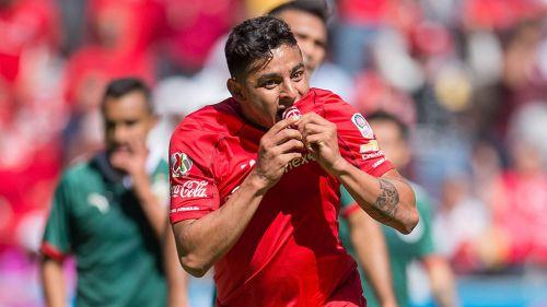 Alexis Vega besa el escudo del Toluca