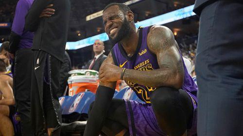 LeBron James se lamenta en el banquillo