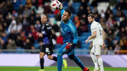 Keylor Navas se desprende del balón en partido del Real Madrid