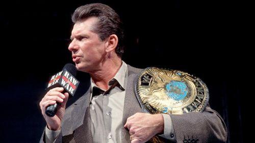 Vince McMahon con el título de la Attitude Era