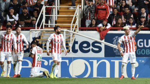 Jugadores del Necaxa celebran gol contra Chivas