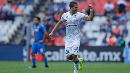 Jugador de Santos festeja anotación contra Cruz Azul