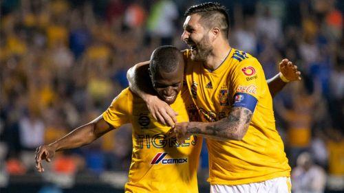 Gignac y Enner Valencia festejan gol ante Necaxa