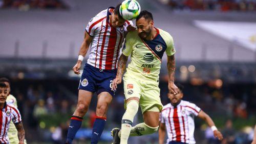 Aguilera y Molina cabecean un balón en Clásico Nacional