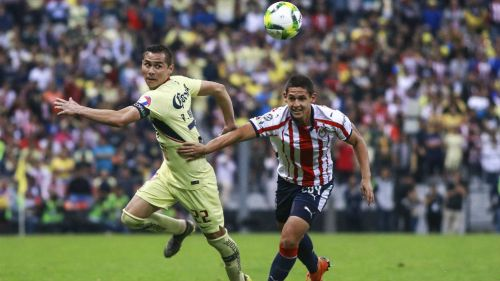 Paul Aguilar y Diego Hernández, luchan por la esférica