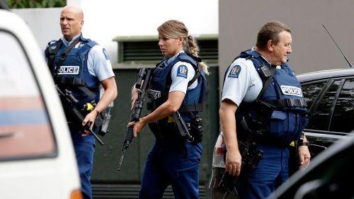 Policías a las afueras de una mezquita en Christchurch