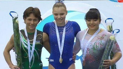 Alexa Moreno (derecha) posa con su medalla de Bronce