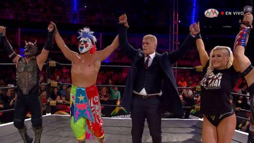 Cody Rhodes festeja con luchadores de AAA en el ring