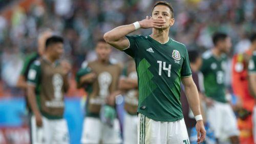Javier Hernández durante un partido contra la Selección de Suecia