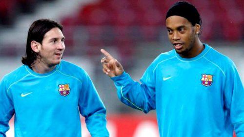 Lionel Messi y Ronaldinho durante un entrenamiento con el Barcelona