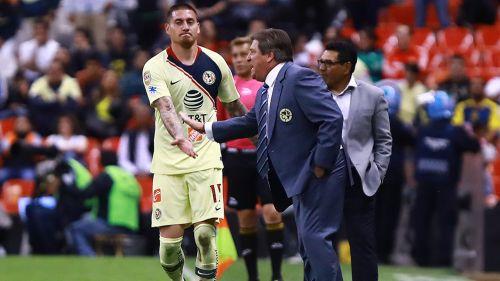 Herrera y Castillo se saludan en un juego del América