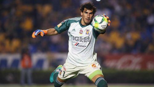 Nahuel Guzmán durante un partido contra Pachuca