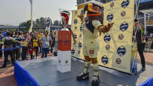 La Copa es mostrada para la afición del América en el Estadio Azteca