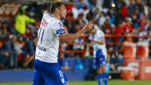 Leonardo Ulloa festeja uno de sus goles ante el Veracruz