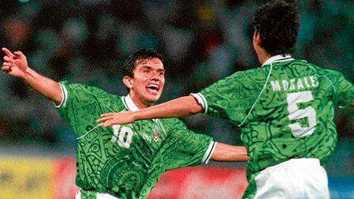 Chato Rodríguez celebra su tanto ante los chés con Carlos Adrián Morales