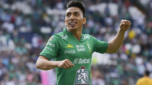 Ángel Mena festeja un gol con el León