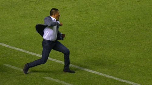 Nacho Ambriz festeja un gol del León