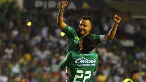 Luis Montes y Miguel Herrera festejan con León