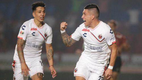 Bryan Carrasco festeja un gol con Veracruz en el C2019