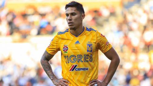 Carlos Salcedo, durante un encuentro ante Pachuca