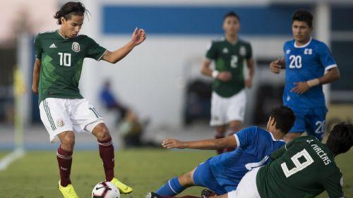 Lainez y Macías pelean por el balón contra un rival