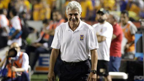 Tuca Ferretti, sonriente con Tigres tras ganar un título de Liga más