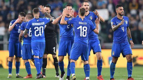 Jugadores de Italia festejan gol contra Bosnia
