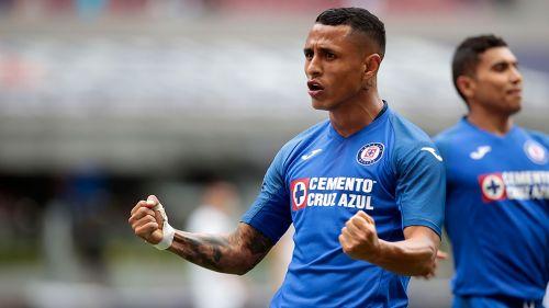 Yoshimar Yotún celebra un gol con Cruz Azul