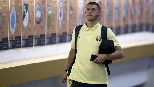 Guido llegando al Estadio Azteca, previo a un partido con América
