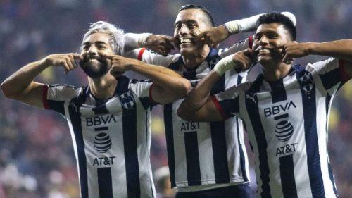 Delantera rayada celebrando la anotación de Pizarro