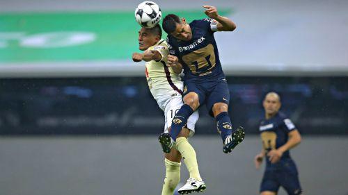 Fuentes disputa un balón con Osvaldo Martínez