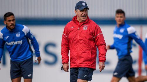 Javier Aguirre dirige un entrenamiento del Leganés