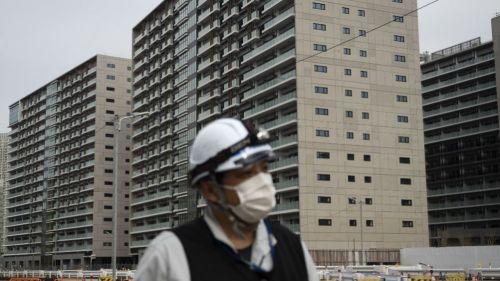 Un trabajador recorre la Villa Olímpica