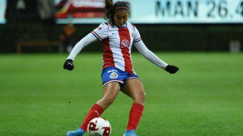 Nicole Pérez en acción con Chivas