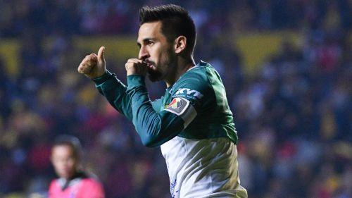 Fernando Navarro en festejo de gol