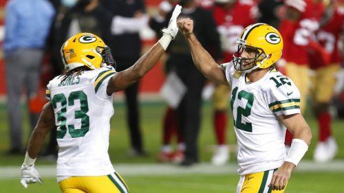 Rodgers y Jones celebran una anotación vs 49ers