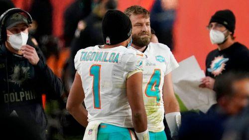 Tagovailoa y Fitzpatrick durante el partido ante Broncos